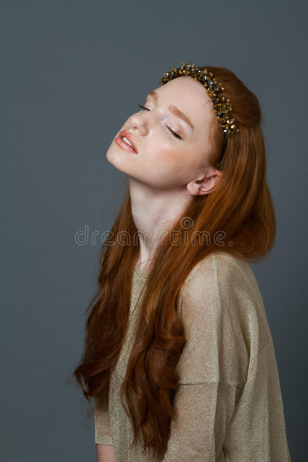 Χαριτωμένη redhead γυναίκα με τη στεφάνη στο κεφάλι της στοκ εικόνες