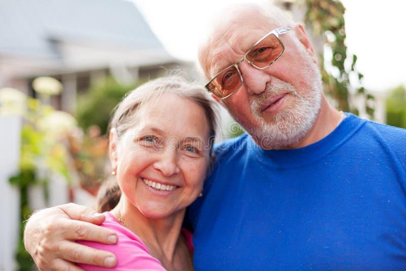 Χαριτωμένοι ηλικιωμένοι άνδρες και γυναίκες στην πύλη στοκ εικόνες