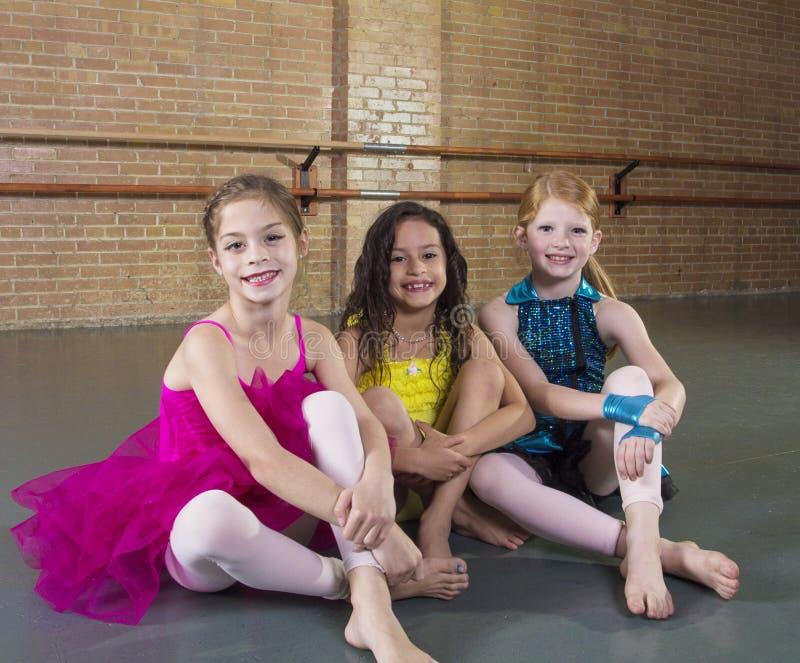 Χαριτωμένοι νέοι χορευτές σε ένα στούντιο χορού στοκ φωτογραφίες