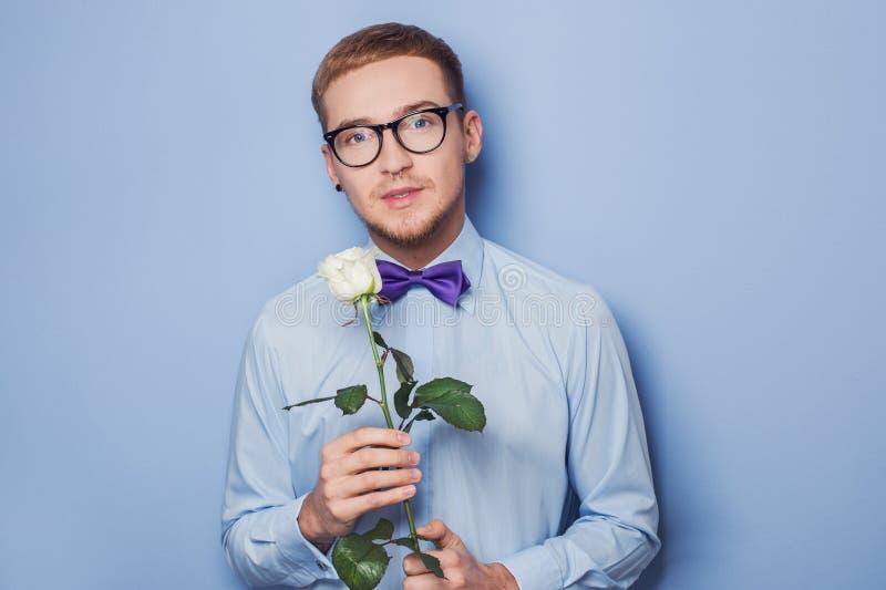 Χαριτωμένοι νεαροί άνδρες με το λουλούδι Ημερομηνία, γενέθλια, βαλεντίνος στοκ φωτογραφίες