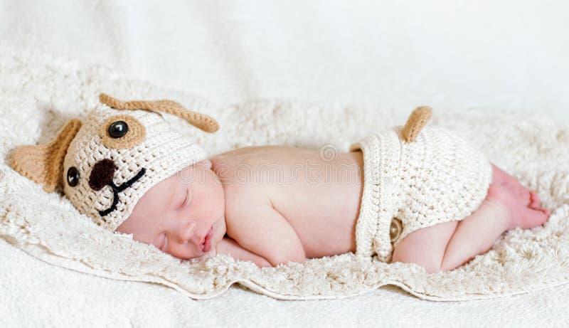 Χαριτωμένοι νεογέννητοι ύπνοι μωρών στοκ εικόνες