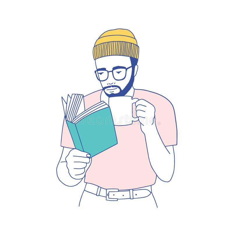 Χαριτωμένος έξυπνος γενειοφόρος τύπος με τα γυαλιά που κρατούν την κούπα, που πίνουν τον καφέ και που διαβάζουν το βιβλίο Πορτρέτ ελεύθερη απεικόνιση δικαιώματος