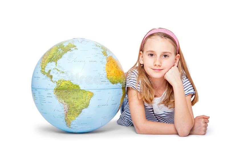 Χαριτωμένος λίγο κορίτσι σπουδαστών με τη σφαίρα Έννοια σχολικής εκπαίδευσης στοκ φωτογραφία
