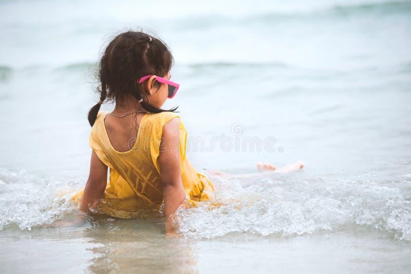 Χαριτωμένος Ασιάτης λίγη συνεδρίαση κοριτσιών παιδιών και παιχνίδι στην παραλία στοκ φωτογραφίες με δικαίωμα ελεύθερης χρήσης