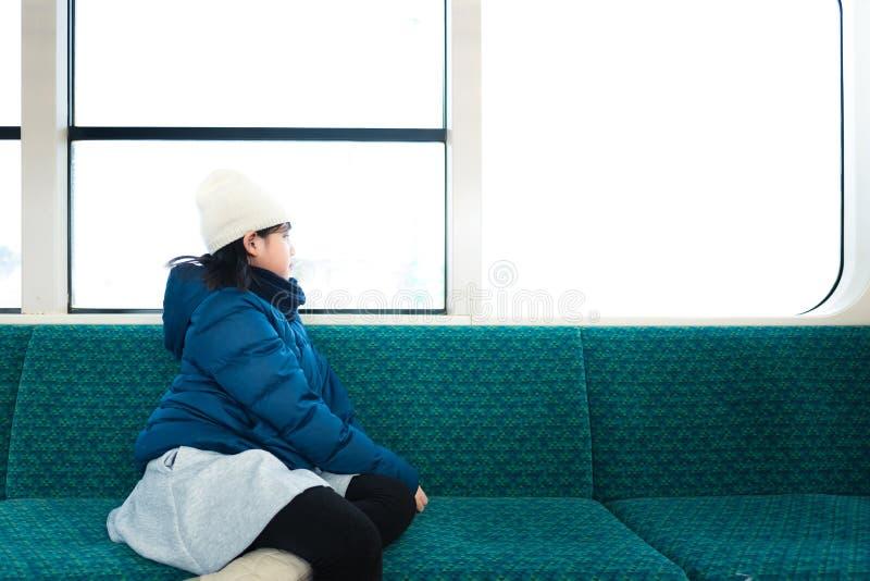 Χαριτωμένος Ασιάτης στο τραίνο στοκ εικόνα