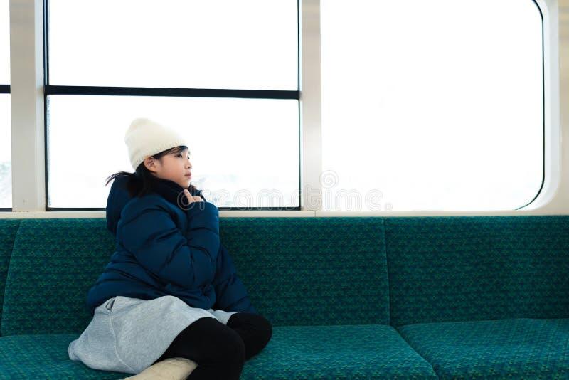 Χαριτωμένος Ασιάτης στο τραίνο στοκ φωτογραφία