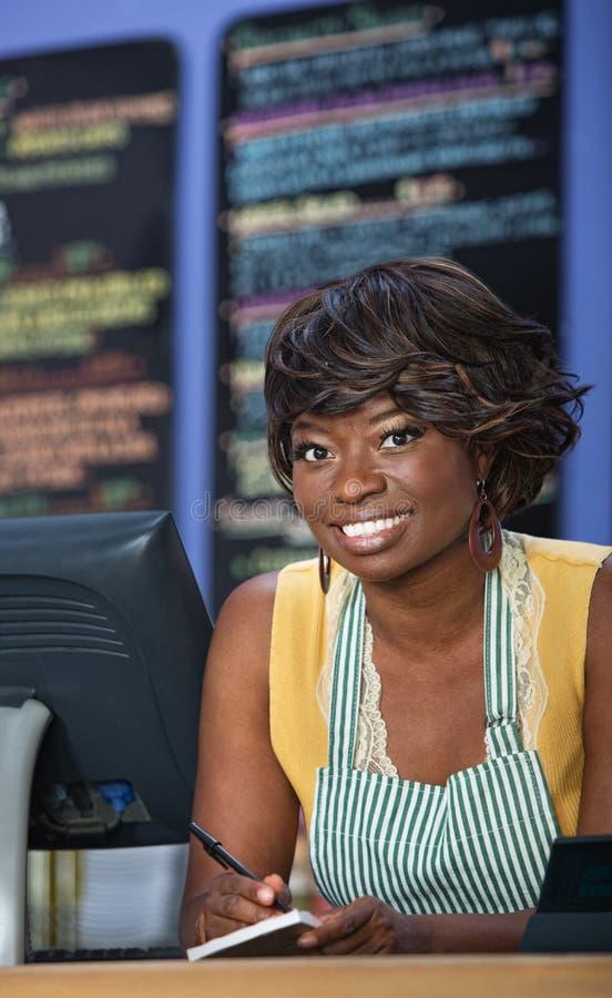 Χαριτωμένος αφρικανικός ιδιοκτήτης Bistro στοκ εικόνες με δικαίωμα ελεύθερης χρήσης