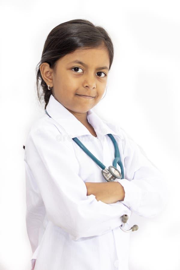 Χαριτωμένος γιατρός μικρών κοριτσιών με ομοιόμορφο στοκ εικόνες με δικαίωμα ελεύθερης χρήσης