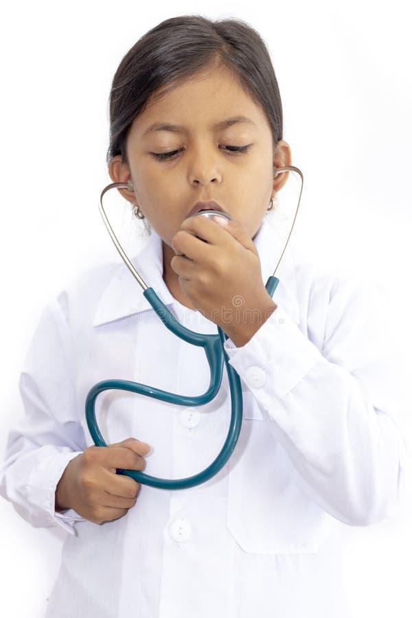 Χαριτωμένος γιατρός μικρών κοριτσιών με ομοιόμορφο στοκ φωτογραφία με δικαίωμα ελεύθερης χρήσης