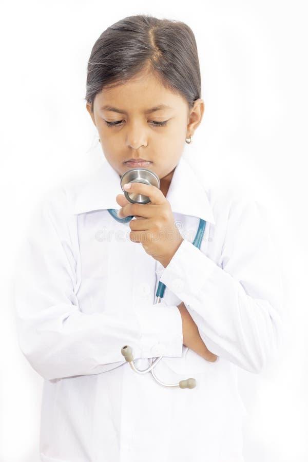 Χαριτωμένος γιατρός μικρών κοριτσιών με ομοιόμορφο στοκ φωτογραφία