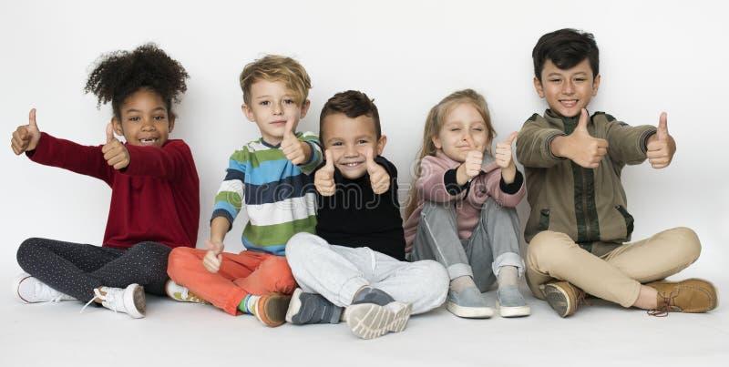Χαριτωμένος εύθυμος ευτυχίας σχολικών παιδιών στοκ φωτογραφία με δικαίωμα ελεύθερης χρήσης