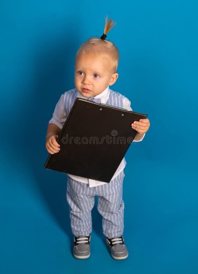 Χαριτωμένος ηγέτης Μικρός προϊστάμενος μωρών Το λατρευτό παιδί διαχειρίζεται την επιχείρηση παιδί μικρό Επιχειρησιακή στρατηγική  στοκ εικόνα με δικαίωμα ελεύθερης χρήσης