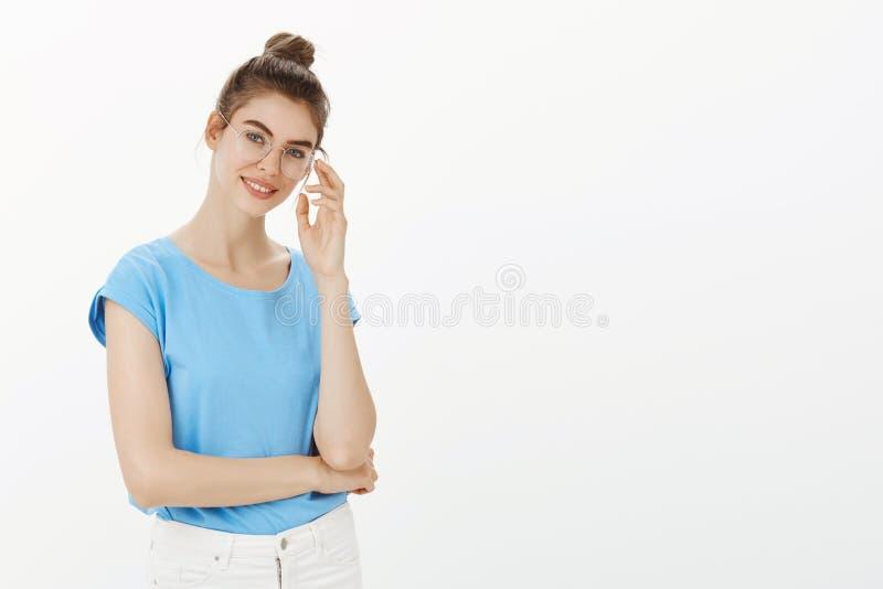 Χαριτωμένος θηλυκός ψυχολόγος που παίρνει έτοιμος για τον επόμενο διορισμό Ευτυχής όμορφη Ευρωπαία γυναίκα στα γυαλιά και το κουλ στοκ εικόνες με δικαίωμα ελεύθερης χρήσης