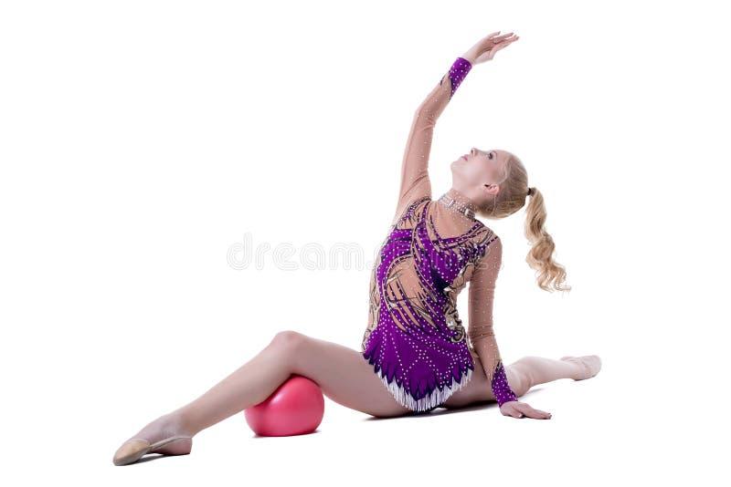 Χαριτωμένος θηλυκός gymnast αποδίδει με τη σφαίρα στοκ φωτογραφίες με δικαίωμα ελεύθερης χρήσης