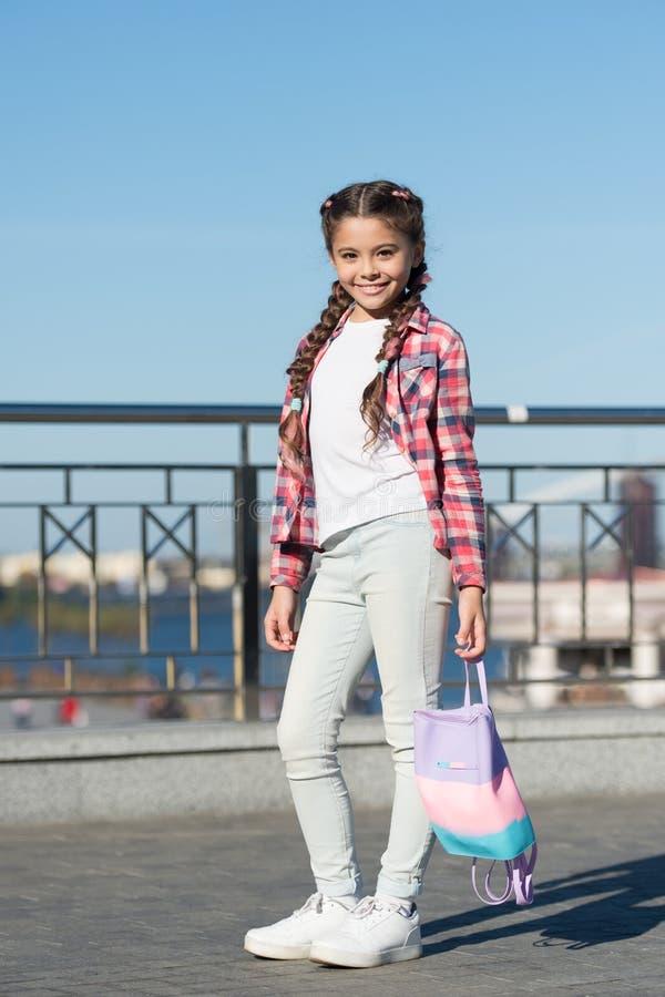 Χαριτωμένος και μοντέρνος Μικρό κορίτσι με τις μακριές ουρές της τρίχας στο περιστασιακό ύφος μόδας r στοκ εικόνες με δικαίωμα ελεύθερης χρήσης