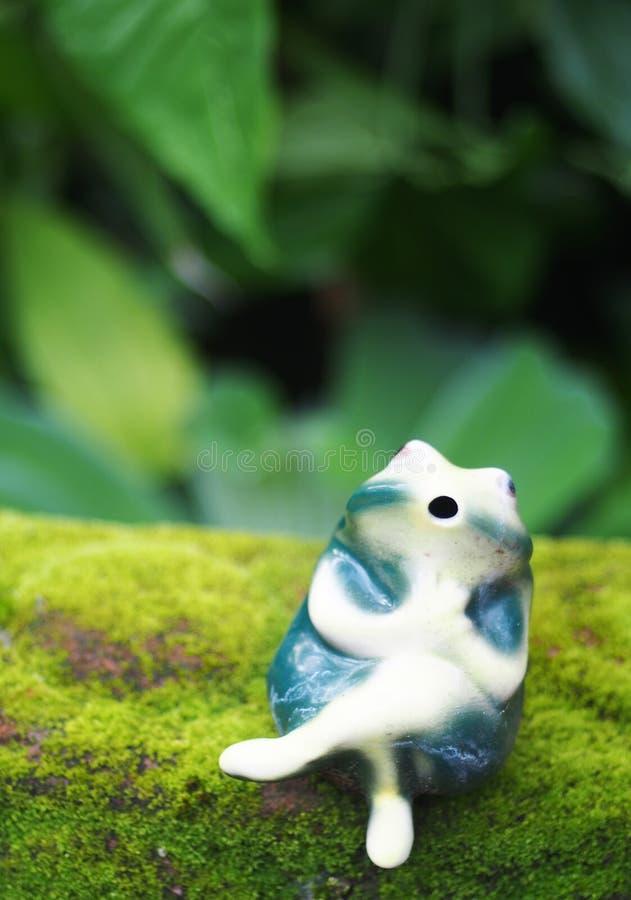 Χαριτωμένος κεραμικός βάτραχος στοκ φωτογραφίες με δικαίωμα ελεύθερης χρήσης
