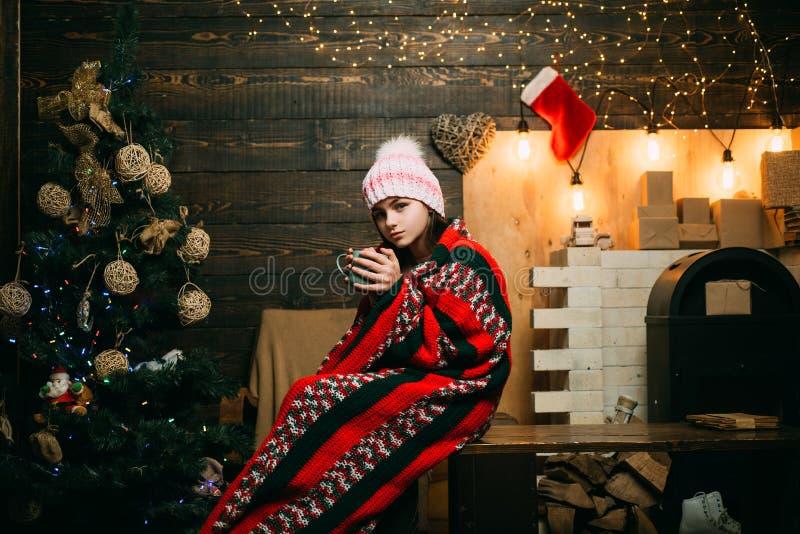 Χαριτωμένος λίγα Χριστούγεννα εορτασμού εφήβων Άνοιγμα των δώρων στα Χριστούγεννα και το νέο έτος Ευτυχές μικρό κορίτσι με τα Χρι στοκ εικόνα με δικαίωμα ελεύθερης χρήσης