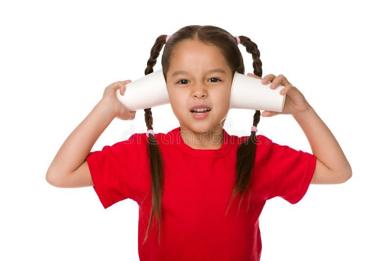 Χαριτωμένος λίγο κορίτσι παιδιών που παίζει με τα φλυτζάνια εγγράφου στοκ φωτογραφία με δικαίωμα ελεύθερης χρήσης