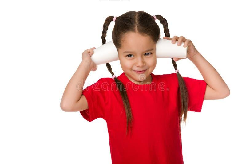 Χαριτωμένος λίγο κορίτσι παιδιών που παίζει με τα φλυτζάνια εγγράφου στοκ φωτογραφία