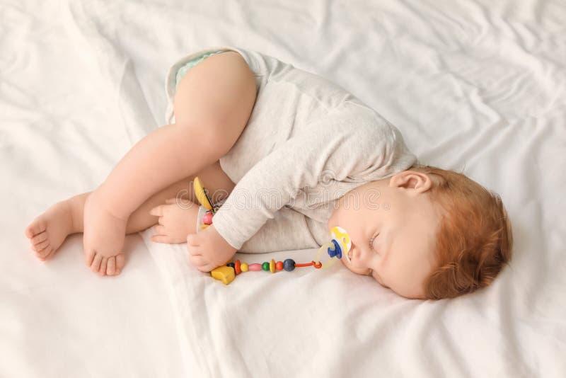 Χαριτωμένος λίγο κρεβάτι ύπνου μωρών στοκ φωτογραφίες