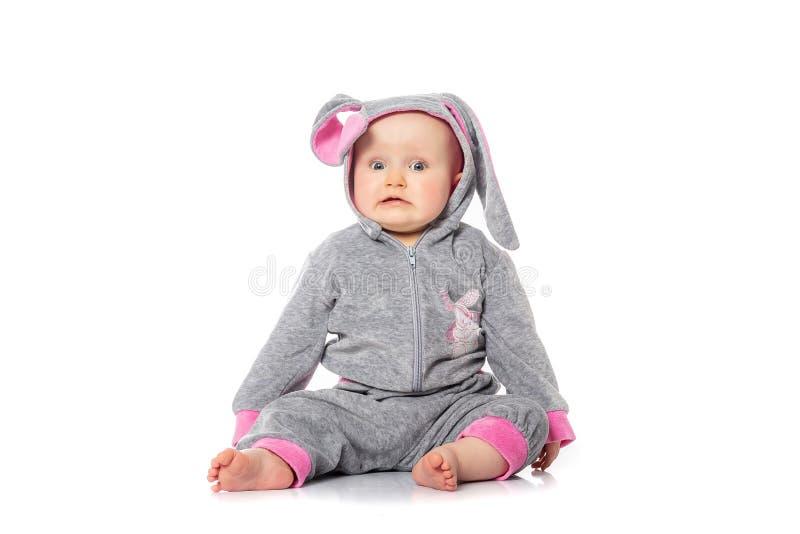Χαριτωμένος λίγο μωρό στη συνεδρίαση κοστουμιών λαγουδάκι στο άσπρο υπόβαθρο πρόγευμα στο πρωί Πάσχας Παιδιά που γιορτάζουν Πάσχα στοκ φωτογραφίες με δικαίωμα ελεύθερης χρήσης