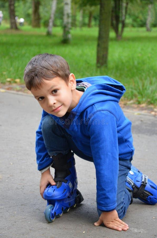 Χαριτωμένος λίγο παιδί, αγόρι, που κάνει πατινάζ στο πάρκο, άνοιξη στοκ φωτογραφία με δικαίωμα ελεύθερης χρήσης