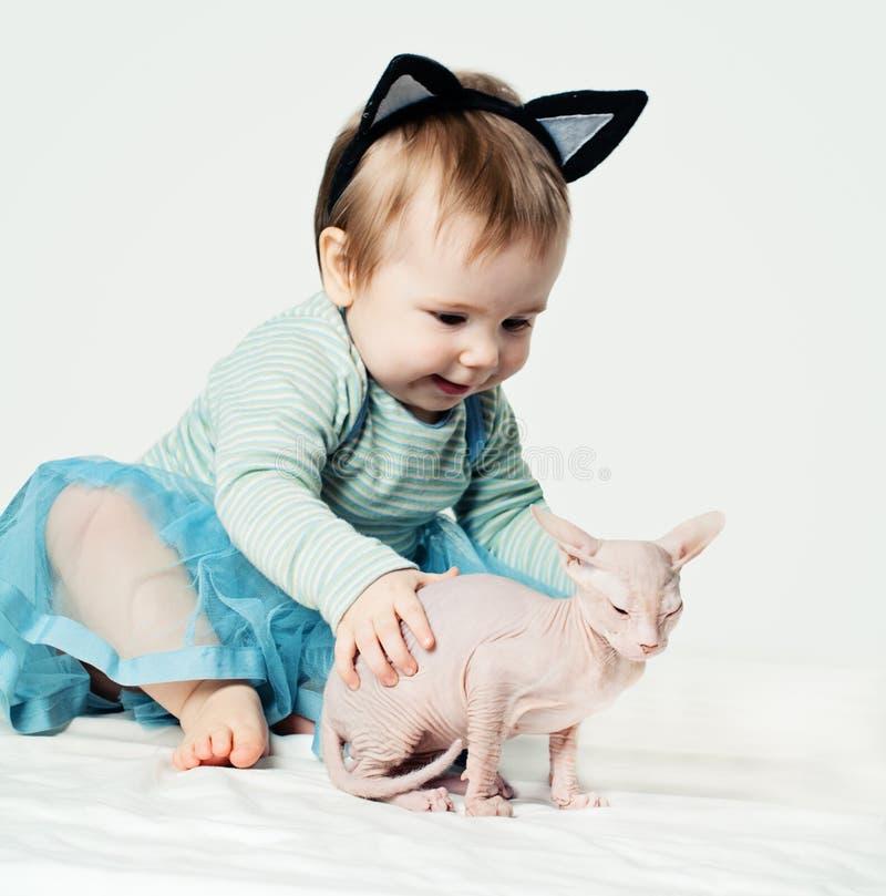 Χαριτωμένος λίγο παιχνίδι κοριτσάκι στοκ εικόνα