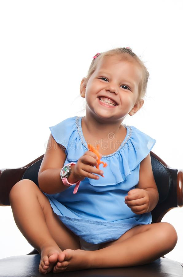 Χαριτωμένος λίγο πορτρέτο κοριτσιών χαμόγελου πέρα από το γκρίζο υπόβαθρο στοκ φωτογραφία με δικαίωμα ελεύθερης χρήσης