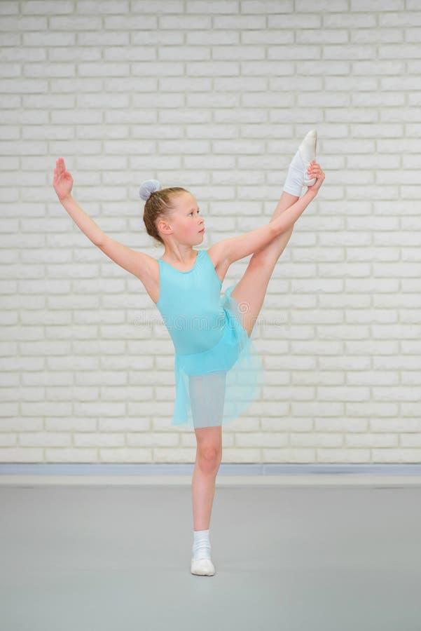 Χαριτωμένος λίγο ballerina στο μπλε φόρεμα που χορεύει στην κατηγορία μπαλέτου στοκ εικόνες