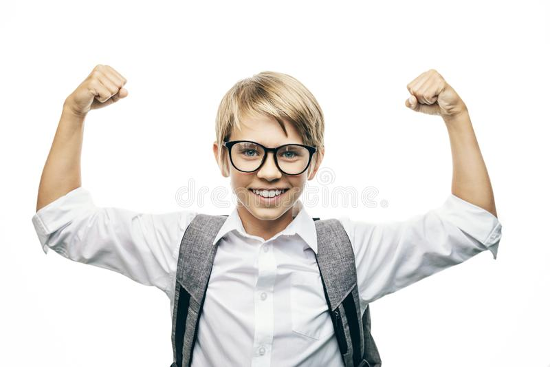 Χαριτωμένος μαθητής που παρουσιάζει δύναμη στοκ εικόνα