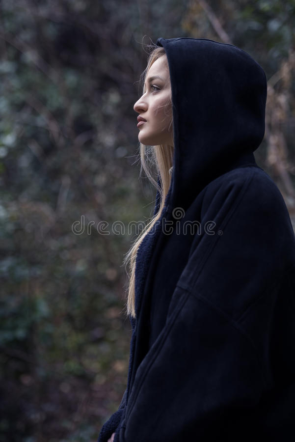 Χαριτωμένος ξανθός έφηβος στο δασικό λαιμό πόλο ένδυσης και το με κουκούλα σακάκι των γυναικών στοκ εικόνες με δικαίωμα ελεύθερης χρήσης