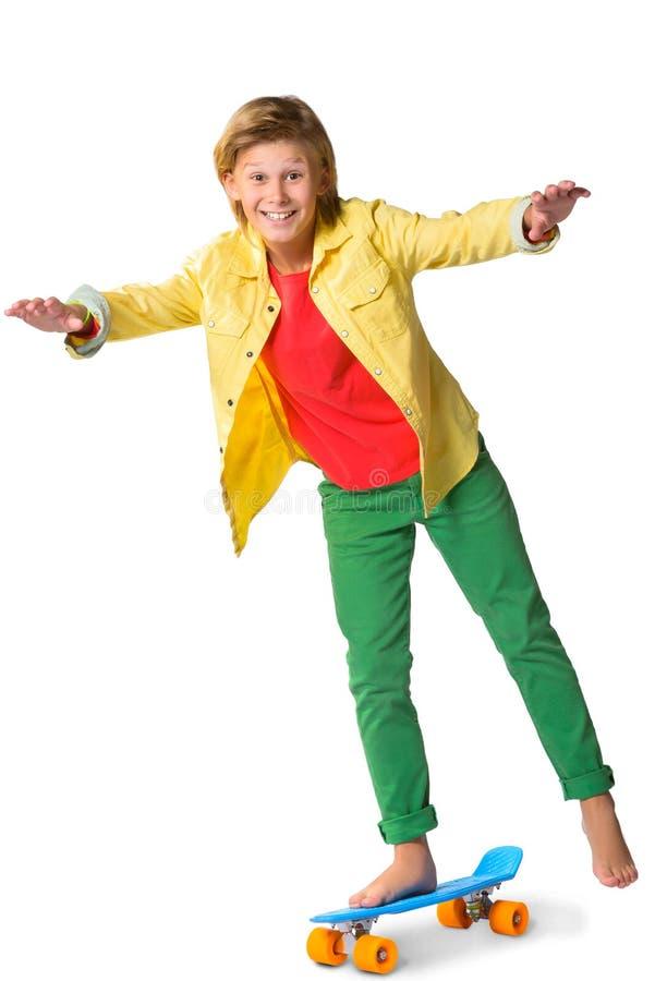 7edfa2c3a7f Χαριτωμένος ξανθός αγόρι ή έφηβος στο πλήρες μήκος περιστασιακό στοκ  φωτογραφίες με δικαίωμα ελεύθερης χρήσης