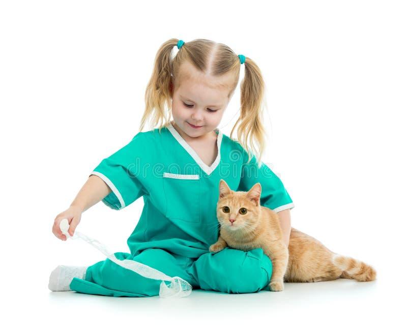 Παίζοντας γιατρός παιδιών με τη γάτα στοκ φωτογραφία με δικαίωμα ελεύθερης χρήσης