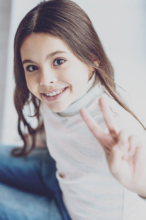 Χαριτωμένος το κορίτσι που κάνει τη χειρονομία β-σημαδιών στοκ φωτογραφίες με δικαίωμα ελεύθερης χρήσης