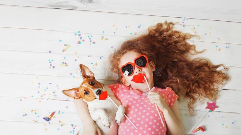 Χαριτωμένος φίλος που βρίσκεται σε ένα ξύλινο πάτωμα στοκ φωτογραφία