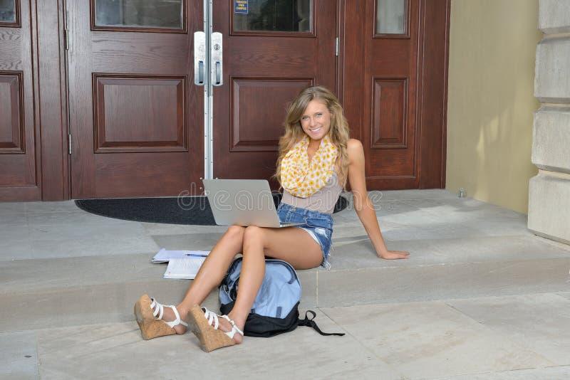 Χαριτωμένος φοιτητής πανεπιστημίου μπροστά από την οικοδόμηση στοκ εικόνα με δικαίωμα ελεύθερης χρήσης