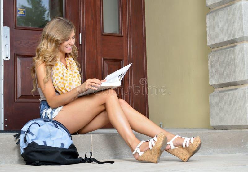 Χαριτωμένος φοιτητής πανεπιστημίου μπροστά από την οικοδόμηση στοκ φωτογραφία