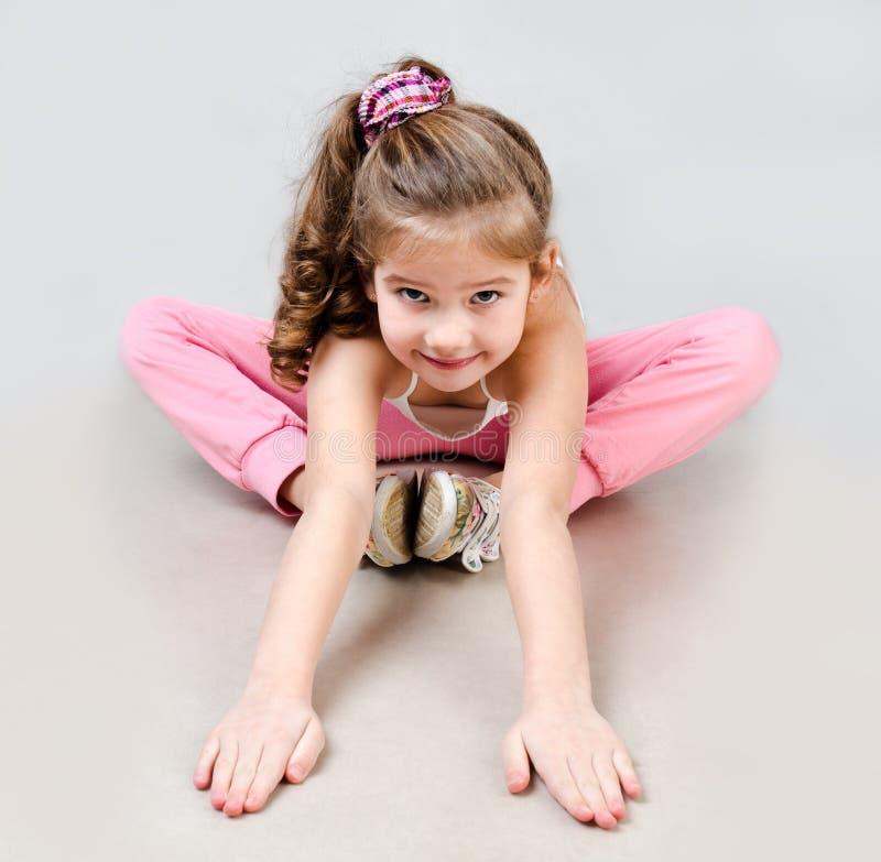 Χαριτωμένος χαμογελώντας gymnast μικρών κοριτσιών στοκ φωτογραφίες