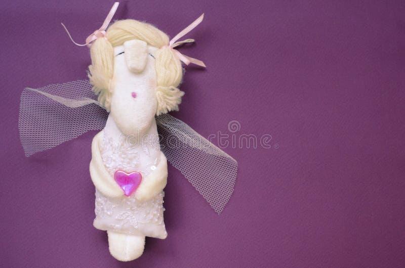 Χαριτωμένος χειροποίητος λίγος άγγελος με την καρδιά Θέμα ημέρας βαλεντίνων του ST στοκ εικόνα με δικαίωμα ελεύθερης χρήσης