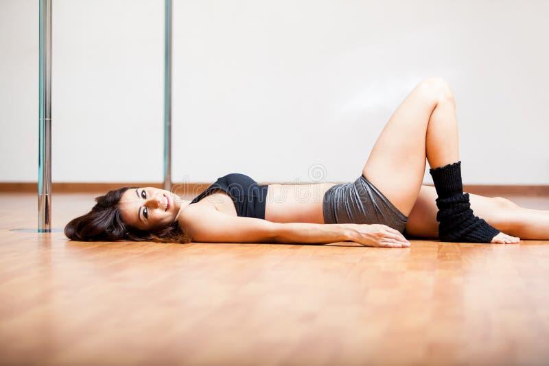 Χαριτωμένος χορευτής πόλων που παίρνει ένα σπάσιμο στοκ εικόνα με δικαίωμα ελεύθερης χρήσης