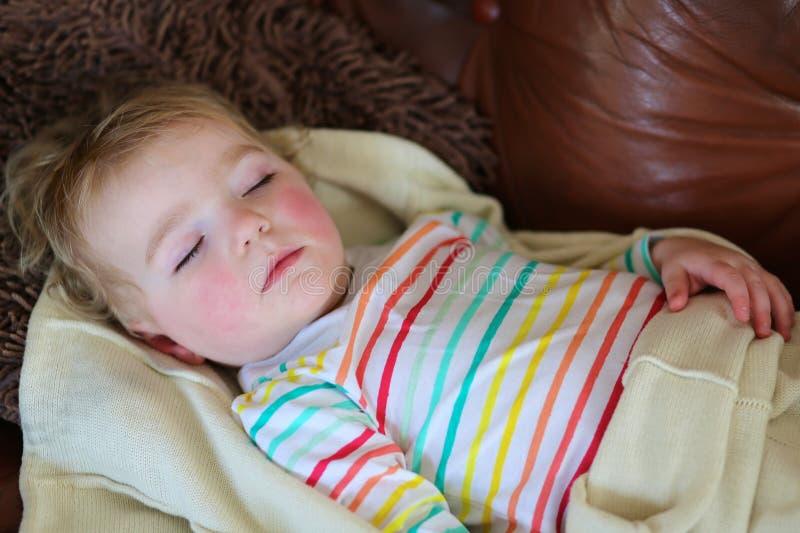Χαριτωμένος ύπνος κοριτσιών preschooler στον καναπέ στοκ εικόνες με δικαίωμα ελεύθερης χρήσης