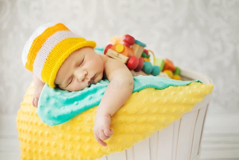 Χαριτωμένος ύπνος μωρών στο καλάθι στοκ εικόνες με δικαίωμα ελεύθερης χρήσης
