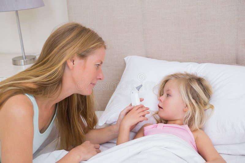 Χαριτωμένο άρρωστο κορίτσι που φροντίζεται στοκ εικόνες με δικαίωμα ελεύθερης χρήσης