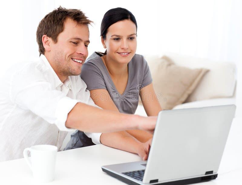 Χαριτωμένο άτομο που εμφανίζει κάτι στην οθόνη lap-top στοκ φωτογραφία με δικαίωμα ελεύθερης χρήσης