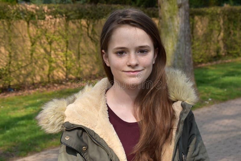Χαριτωμένο έφηβη με το χειμερινό σακάκι στοκ εικόνες
