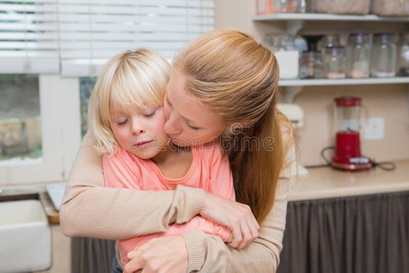 Χαριτωμένο αγκάλιασμα κορών και μητέρων στοκ εικόνες με δικαίωμα ελεύθερης χρήσης