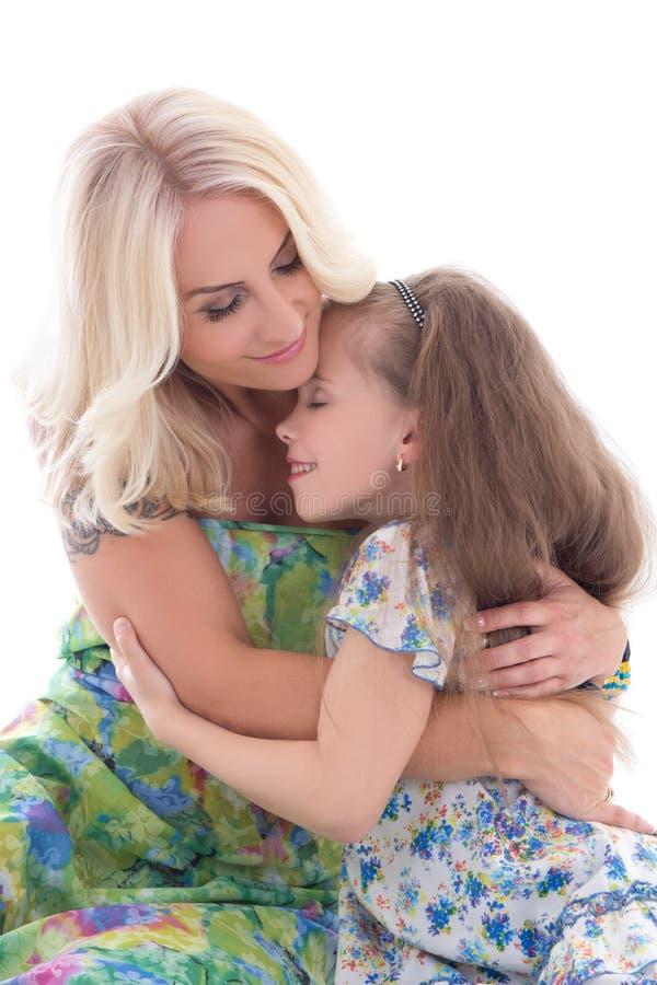 Χαριτωμένο αγκάλιασμα μητέρων και κορών που απομονώνεται στο λευκό στοκ φωτογραφίες με δικαίωμα ελεύθερης χρήσης