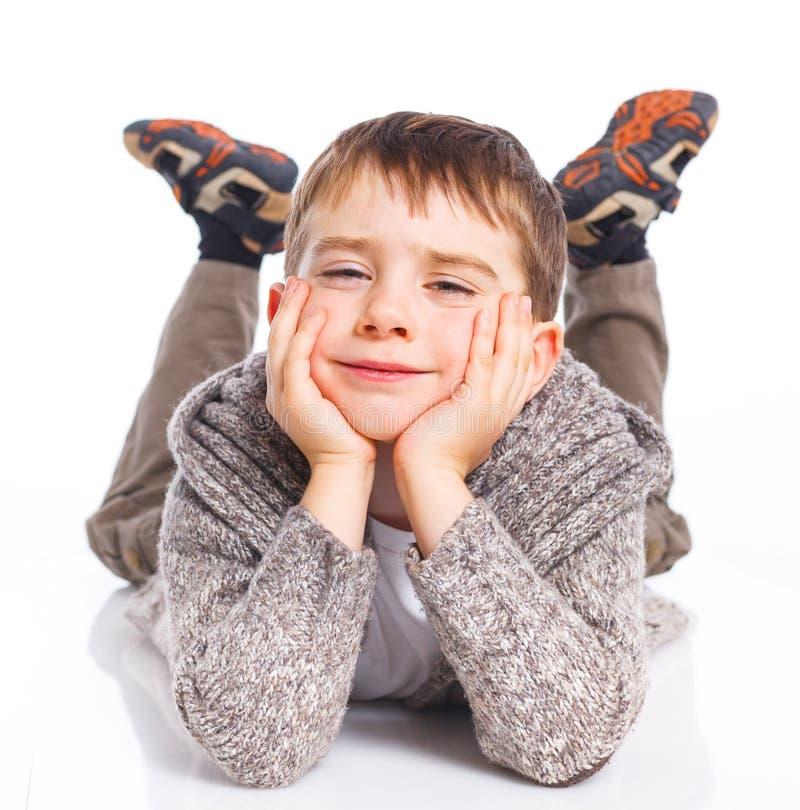Χαριτωμένο αγόρι που βρίσκεται στο πάτωμα στοκ εικόνες με δικαίωμα ελεύθερης χρήσης