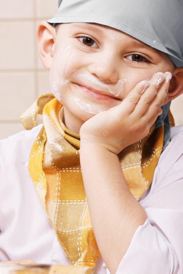 Χαριτωμένο αγόρι που κλίνει σε διαθεσιμότητα στοκ εικόνα με δικαίωμα ελεύθερης χρήσης