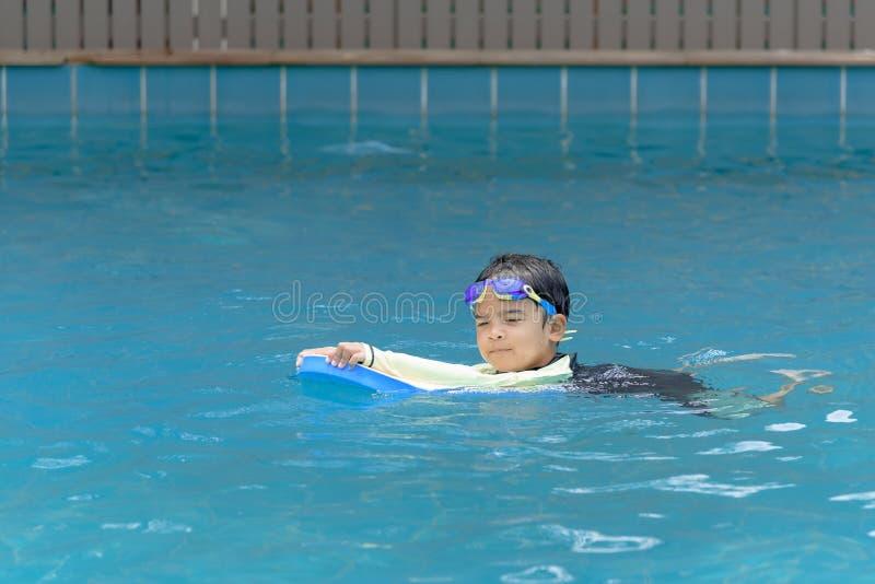 Χαριτωμένο αγόρι που μαθαίνει να κολυμπά στοκ φωτογραφίες με δικαίωμα ελεύθερης χρήσης